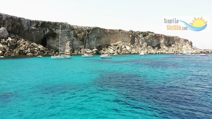 Barche a vela ormeggiate in rada a Cala Rossa, Favignana.