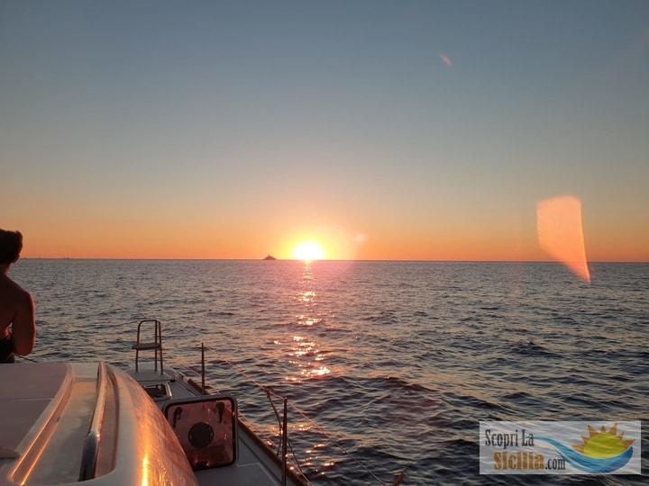 tramonto in barca a vela navigando verso le isole eolie