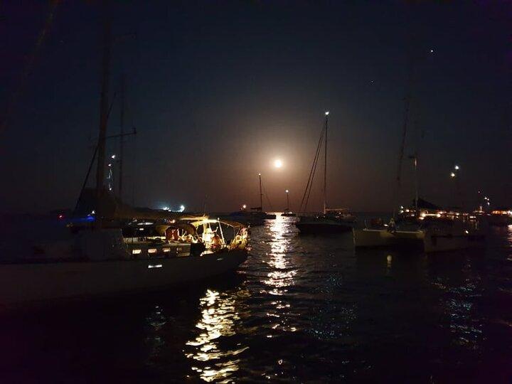 Barche ormeggiate in rada alle isole Eolie