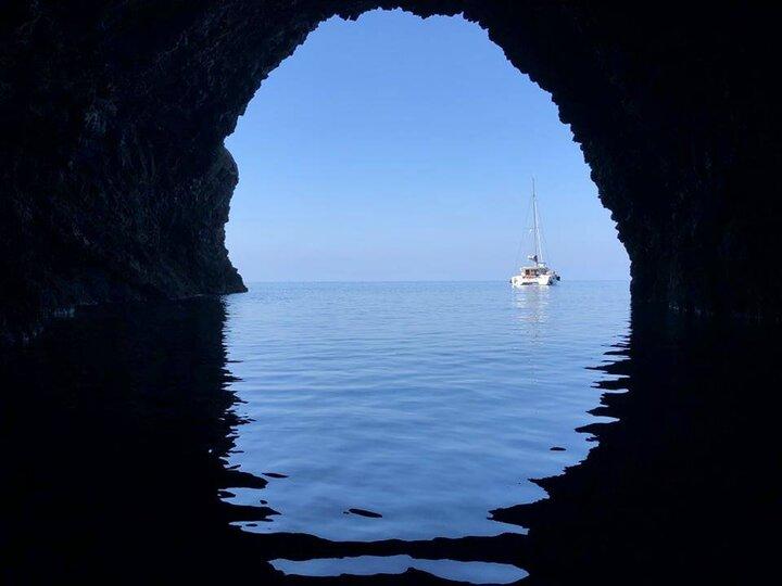 Vista dall'interno di una delle grotte di Marettimo