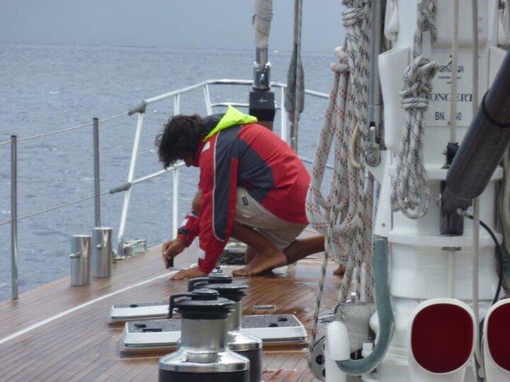 skipper impegnato nella gestione della barca a vela