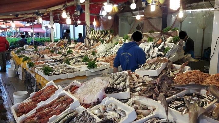 mercato ballarò Palermo, venditore di pesce fresco