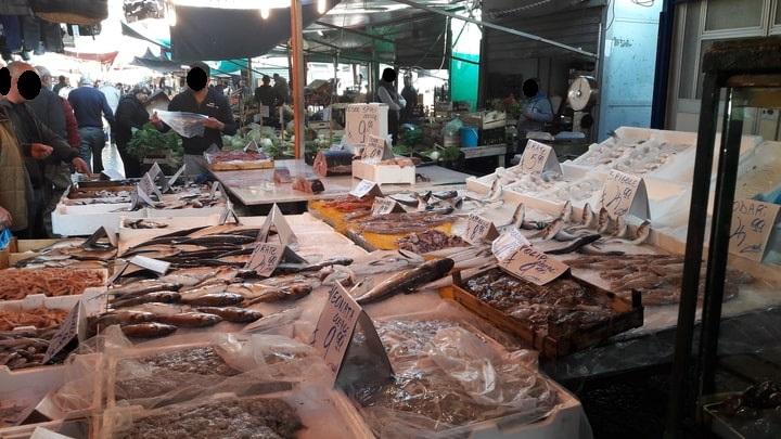 bancata di pesce fresco al mercato di Ballarò a Palermo