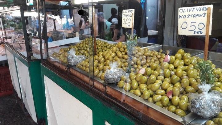 esposizione di olive verdi al mercato Ballarò di Palermo
