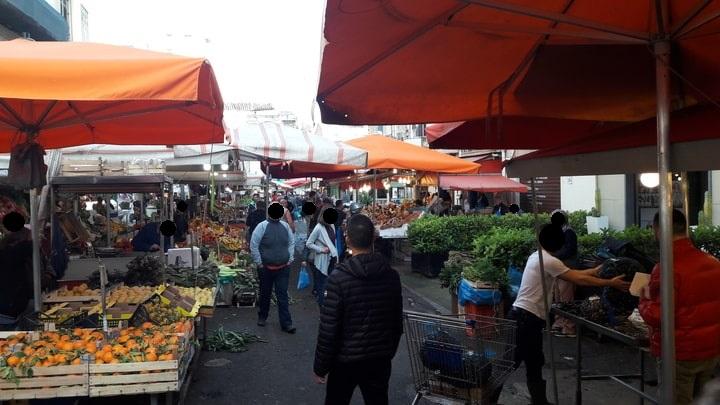 le tende rosse al mercato arabo Ballarò di Palermo
