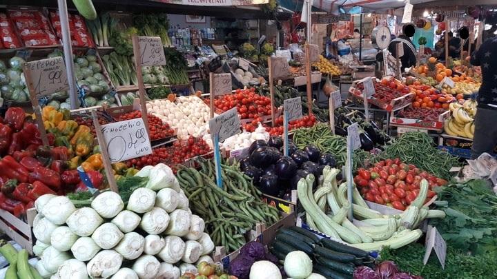 esposizione di frutta verdura e ortaggi al mercato di Ballarò